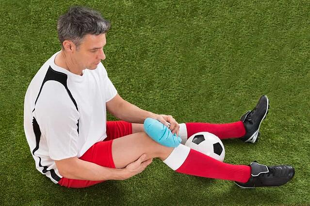 man-icing-ACL-knee-injury