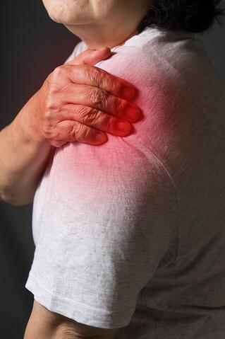 shoulder-joint-pain-older-woman